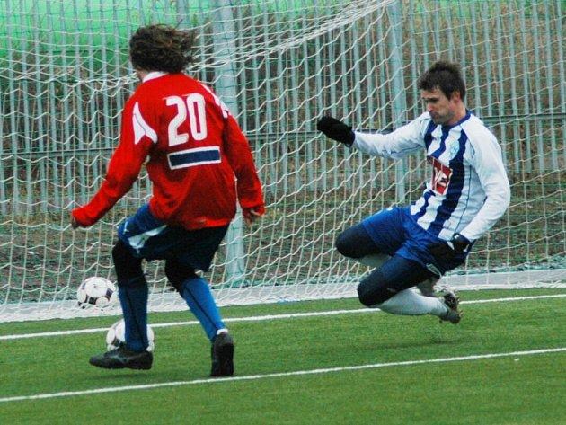 Petr Jiráček z Viktorie Plzeň (vlevo) střílí druhý gól do sítě Čáslavi ve středečním přípravném utkání