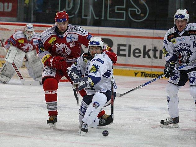 Ve 36. kole extraligy zdolali hokejisté HC Plzeň 1929 (v bílém) v domácím prostředí Třinec 3:1.