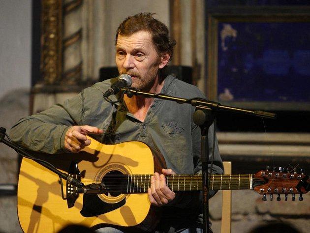 Na úvod festivalu Kytara 2008 se ve Staré synagoze v Plzni představil herec a písničkář Jiří Schmitzer
