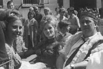 Král prvního Plzeňského Majálesu Miroslav Horníček si svoji roli očividně užíval. V kočáře projížděl ve společnosti krásných žen a jako správný panovník si od studentů nechával také líbat ruce