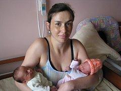 Mamince Lucii Foralové a tatínkovi Karlu Komzákovi zPlzně se 21. 6. narodila dvojčátka. Anděla Komzáková (2,86 kg, 48 cm) přišla na svět v4:15 hod., její sestřička Viktorie (2,28 kg, 47 cm) se narodila v 4:20 hod. (v oranžové čepičce)