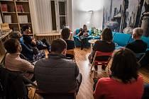 Na sedmi unikátních místech si letos mohli literární nadšenci užít plzeňskou Noc literatury. V roli čtoucích se představili herci a herečky divadla Sklep.