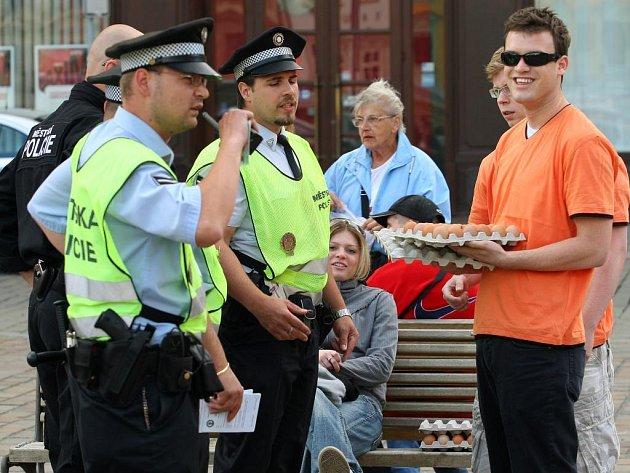 Policisté vypověděli z náměstí Republiky mladíky, kteří účastníkům mítinku ČSSD rozdávali vejce.