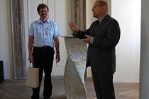 Rpbert Drozda (vlevo) se stal letošní plaskou osobností roku. Na snímku přijímá dar v podobě závaží do hodin od generálního ředitele Národního technického muzea Horymíra Kubíčka
