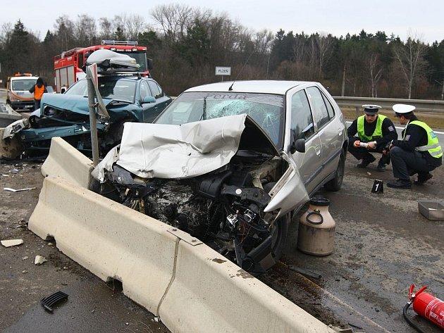 Vážná dopravní nehoda se stala v neděli půl hodiny před polednem na Klatovské třídě v Plzni, v prostoru přivaděče k dálnici D5.