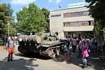 Vzpomínka na invazi v srpnu 1968 u budovy Českého rozhlasu Plzeň.