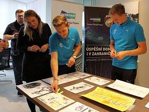 Hráči FC Viktorie Plzeň Patrik Hrošovský a Jan Kopic vybrali vítězné obrázky výtvarné soutěže dětí