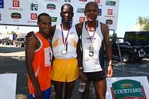 Trio nejlepších. Zleva Ethipan Erkeló Ashenafi, vítěz Jonathan Koilegei z Keni a Mulugeta Serbessa z České republiky