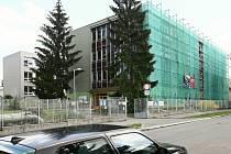 Oprava pavilonu 28. ZŠ v Plzni, kde se nachází jídelna a družina, skončí až v listopadu.
