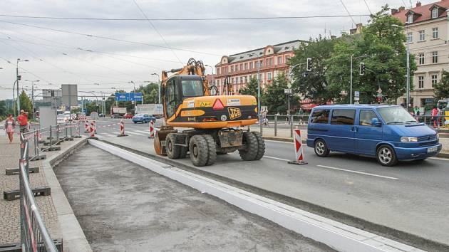 Nové zastávky pro městskou dopravu se staví v sadech Pětatřicátníků. I kvůli tomu jsou tu auta omezena