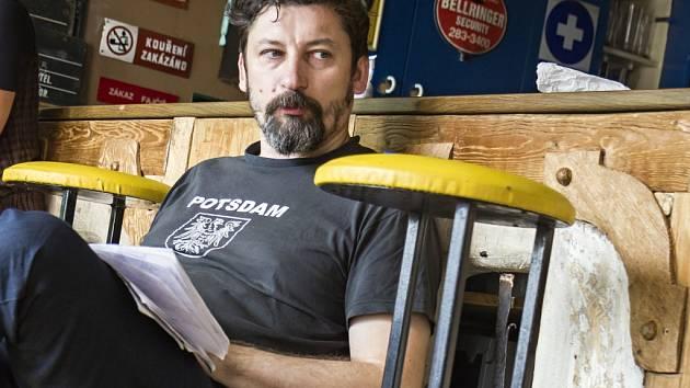 Režisér Tomáš Procházka při zkouškách hry Cesta do středu Země (sopouchem Milešovky) v Divadle Alfa.