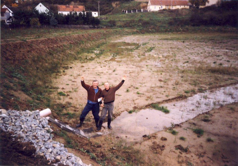 Vlevo je majitel rybníka František Pouba se zetěm Janem.