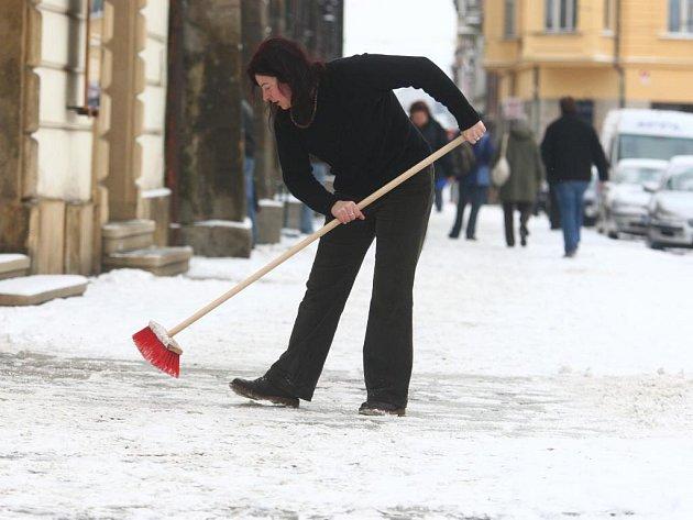 Úklid sněhu na náměstí Republiky v Plzni