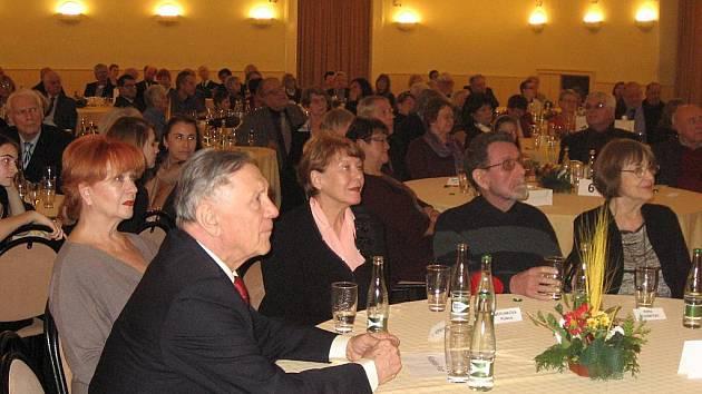 Známí herci u jednoho stolu – zleva Petr Kostka s manželkou Carmen Mayerovou, Růžena Merunková s manželem Milošem Hlavicou a Hana Houbová
