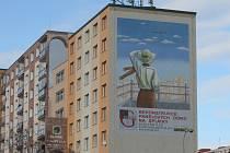 Iluzivní malby dávají kolemjdoucím pocit skutečnosti. Na jednom z panelových domů na Lochotíně se na štítu blýská pohled zřejmě na průchod do domu, na jiném snímku zase muž z balkonu hledí do dálky, věžák v Nýřanské ulici má na fasádě kopretiny.