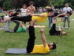 Borský park se proměnil v cirkus plný žonglérů a akrobatů