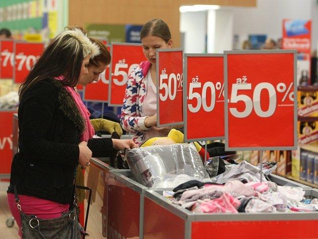 Velké povánoční výprodeje přilákaly do obchodních řetězců v celém  kraji mnoho zákazníků. Prodává se hlavně sezonní oblečení, elektronika, potraviny, alkohol nebo sportovní zboží. Výprodeje budou pokračovat ještě celý leden.