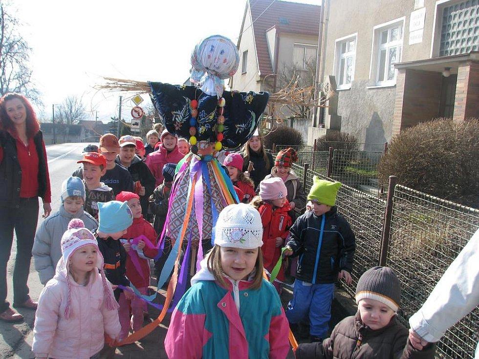 Děti z MŠ i ZŠ ve Chválenicích se v úterý loučily se zimou