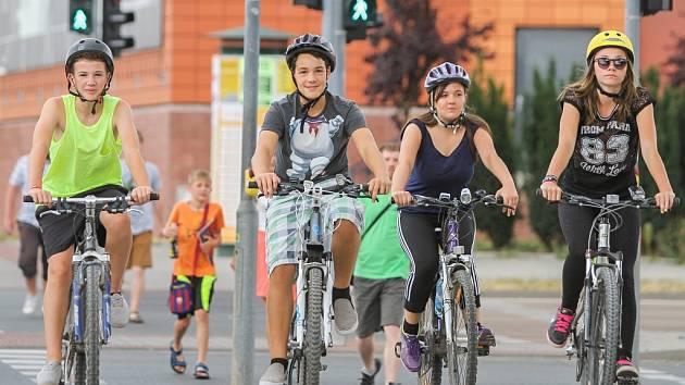 Dostatečně široký chodník před Novým divadlem neumožňuje cyklistům průjezd. Z kola musí sesednout nebo najet na dvouproudovou komunikaci, jinak jim hrozí pokuta. Mnoho cyklistů však místem stejně projíždí po chodníku.