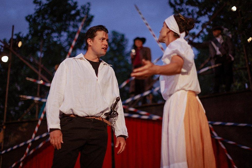 Miloslav Tichý jako Kristián de Neuvillette s Klárou Krejsovou v roli prodavačky v představení Cyrano na Divadelním létě pod plzeňským nebem.