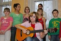 Známé české písničky a koledy zazpívaly děti z Dětského domova v Nepomuku. Na kytaru je doprovázela Lucie Kuchárová (na snímku vpředu)