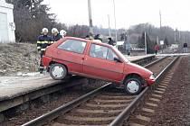 Auto v kolejišti museli vytáhnout jeřábem.