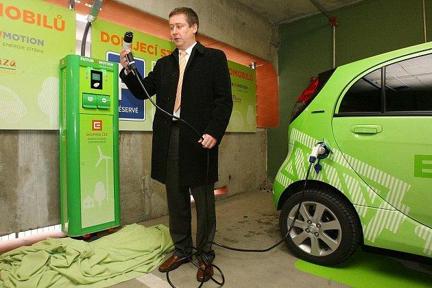 První dobíjecí stanici v Plzni najdou majitelé elektromobilů v parkovacím domě u Plazy
