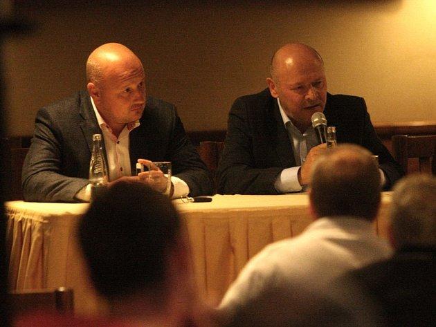Adolf Šádek (vlevo) a Miroslav Koubek na diskuzi s fanoušky FC Viktoria Plzeň