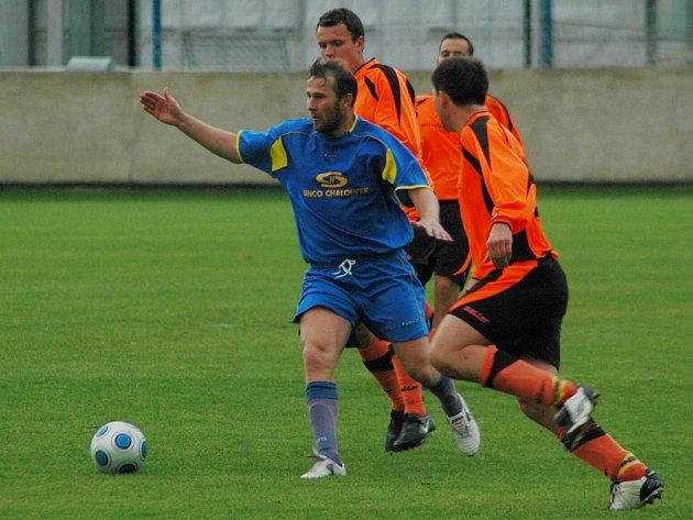 Fotbalisté Doubravky stvrdili svůj postup do divize osmibrankovým vítězstvím nad Zbůchem. Hned mezi trojici hostí si to neohroženě namířil  Pavel Vaigl (v modrém).