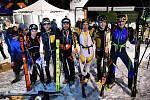 Parťáci (zprava) Filip Matějovič a Michal Strejc si ve společnosti dalších medailistů užívají úspěch na Noci tuleních pásů.