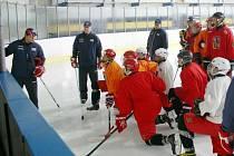 Ledová plocha Sport Areny v Třemošné patří v tomto týdnu hokejistům reprezentačního celku do šestnácti let