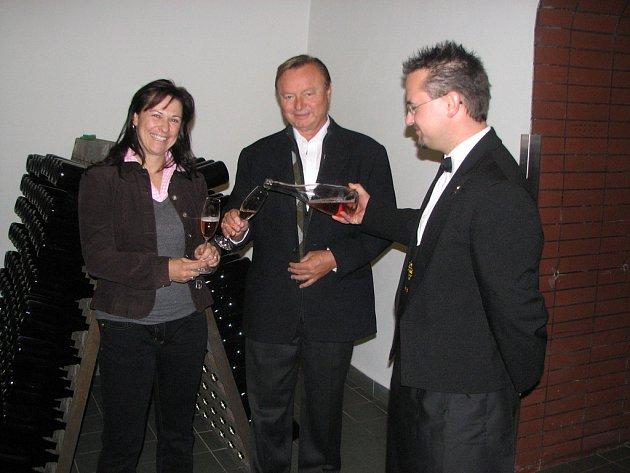 Sommelier staroplzeneckého Bohemia Sektu Tomáš Brůha nalévá vzácným hostům Jeanu Pallancovi a Annemarie Foidl šumivé víno z produkce staroplzeneckého vinařství.