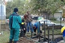 Budování skeletu suchého rybníku a hlediště přírodního divadla v MŠ Ke Špitálskému lesu