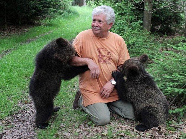 Václav Chaloupek s medvíďaty v červnu 2013
