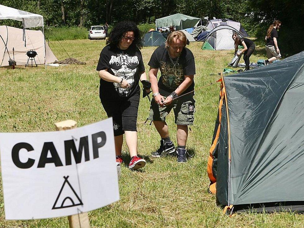 Stanové městečko nedaleko lochotínského amfiteátru už plní fanoušci metalu