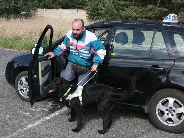 Petra Brožka, který je od narození nevidomý, provází na každém jeho kroku pes Berry. Ten s ním prožil i nevšední dopoledne na líňském letišti