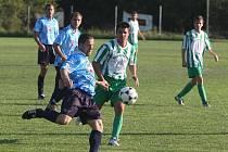 Fotbalisté Košutky (v pruhovaném) prohráli v utkání 6. kola městského přeboru s rezervou Chrástu 0:1.