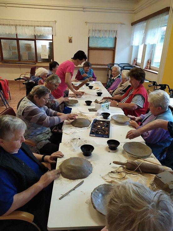 Senioři v domově se baví při různých aktivitách: keramika, kondiční cvičení, výroba bezinkového likéru, pečení, vánoční besídka s MŠ Vrčeň, muzikoterapie, posezení na dvoře, atd.