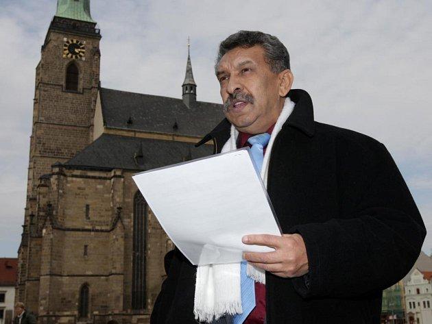 Osmnáct jmen se ozvalo na pietním setkání Romů v centru Plzně. Setkání organizoval Štefan Tišer