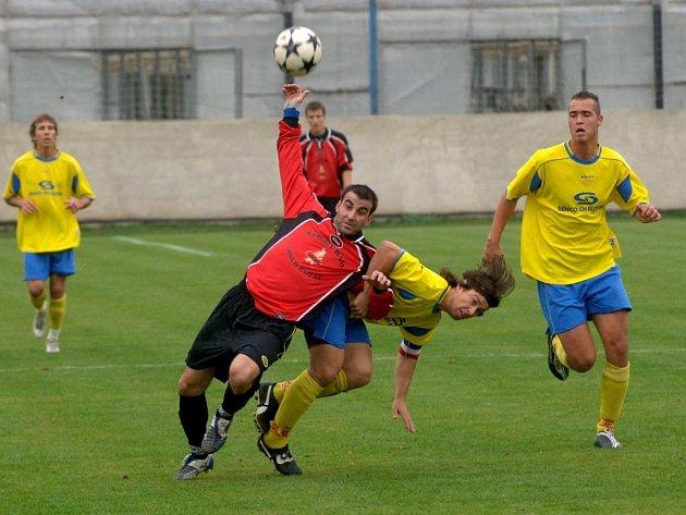 Kapitán Senca David Novák se snaží zastavit střelce Domažlic Martin Šota (vlevo). Domažlický kanonýr přispěl gólem k výhře svého týmu 4:2