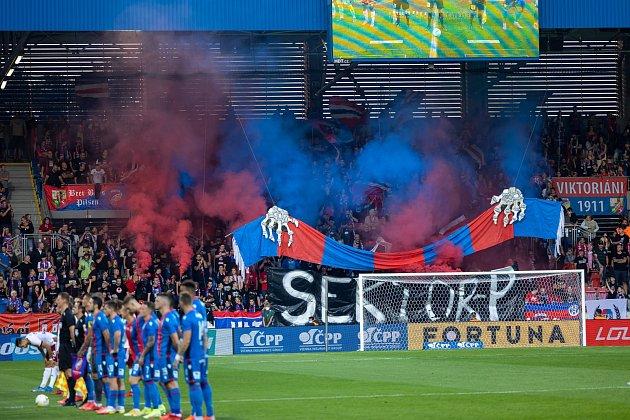 Plzeňští fanoušci hned při nástupu obou mužstev předvedli zajímavé choreo. Viktoriány hnala zaplněná Doosan Arena.