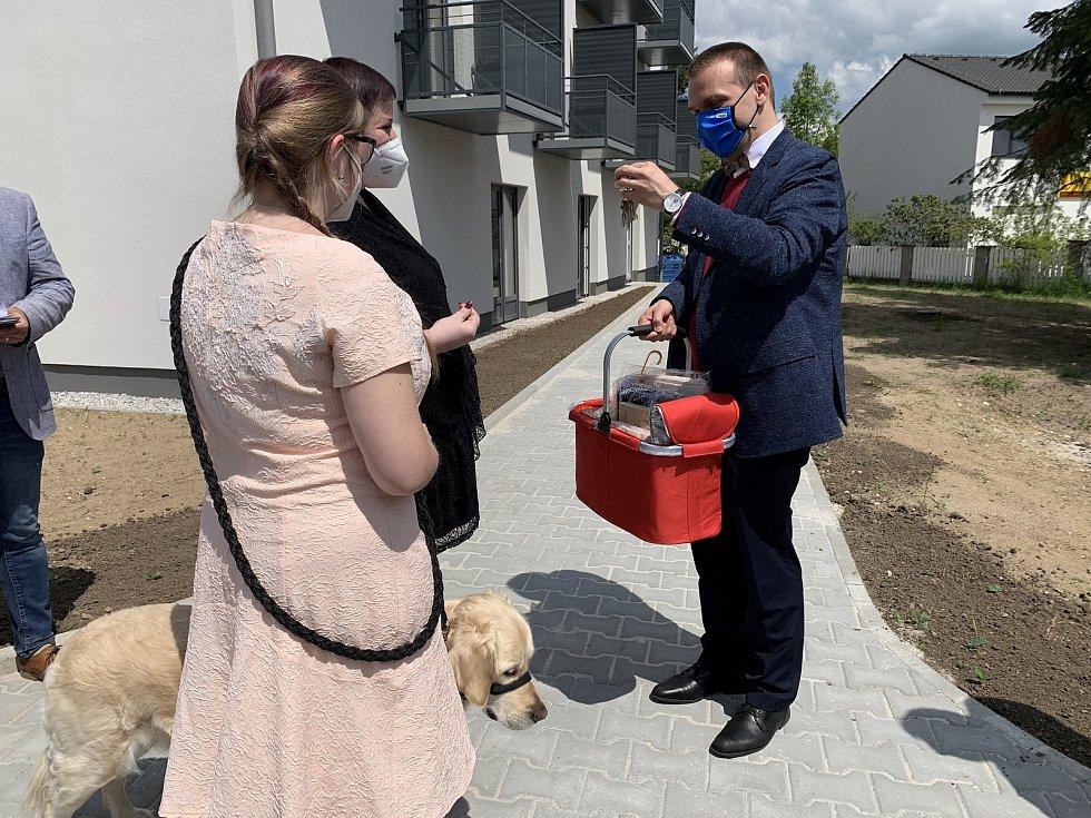 Plzeňský primátor Martin Baxa předává klíče od nového bytu Plzeňance Věře Paškové. Ta bude v bytě na Zátiší bydlet spolu se svojí dcerou Zuzanou a pejskem Brunem.