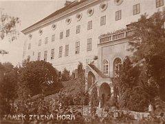 Sala terrena, v doslovném překladu z italštiny zahradní sál, zámku Zelená Hora na archivním snímku datovaném kolem roku 1910, tedy do doby, kdy byl zámek ve vlastnictví rodu Aueršperků