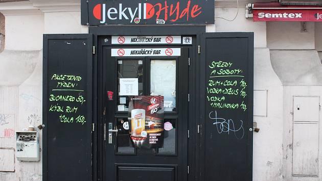 Jekyll & Hyde, bar ve kterém žena za asistence sestřiček a barmana porodila.