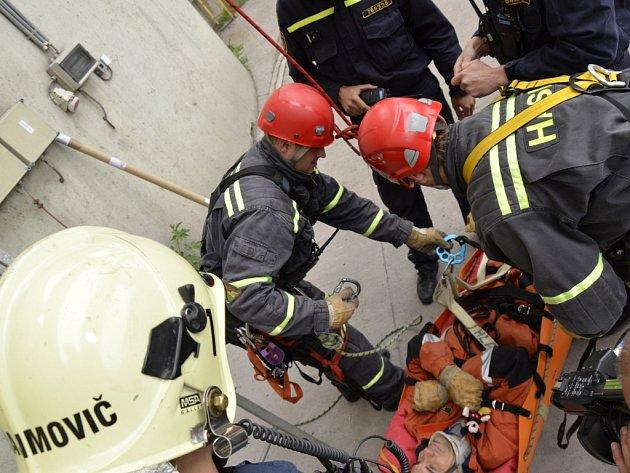 Cvičná záchrana pod vedením hasičů v areálu teplárny.