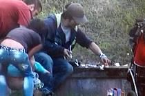 Skupinka narkomanů si aplikovala drogu i v přítomnosti dětí