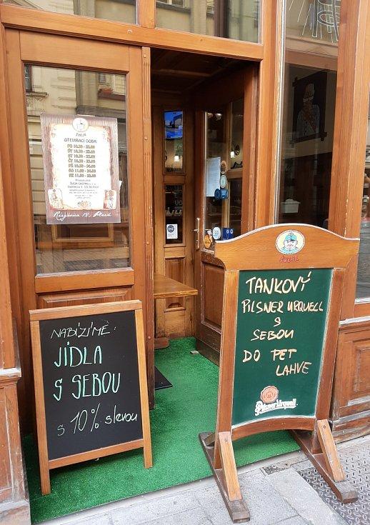 Výdej z okénka - Švejk restaurant.