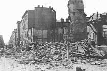 Vojáci 2. pěší divize vstupují do rozbombardovaného Brestu