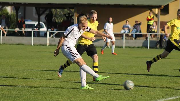 Na podzim fotbalisté Stříbra (v bílých dresech) prohráli se Lhotou (ve žlutém) 2:4. Tentokrát svého soupeře porazili v penaltách.