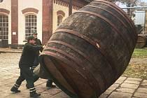 Parta bednářů Plzeňského Prazdroje vysmolila 15 ležáckých sudů. Prázdný dubový sud váží zhruba 800 kilogramů, plný skoro pět tun.